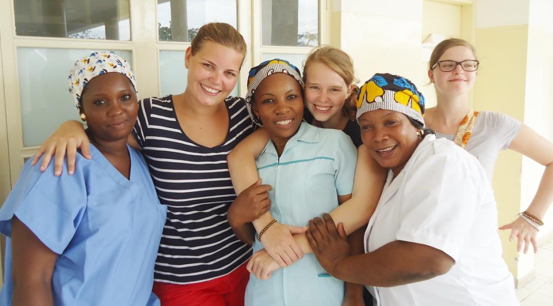 タンザニアで頑張る助産師インターンたちと現地の医療職員